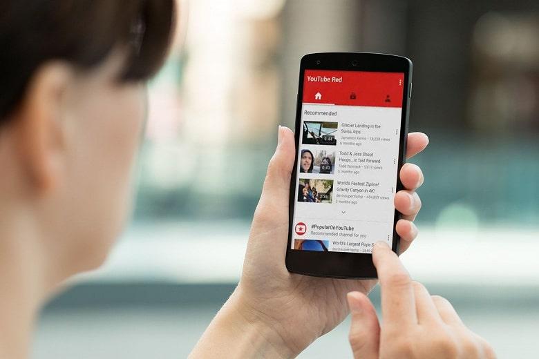 YouTube начал тестировать автоматический перевод заголовков, описаний и субтитров на язык пользователя.